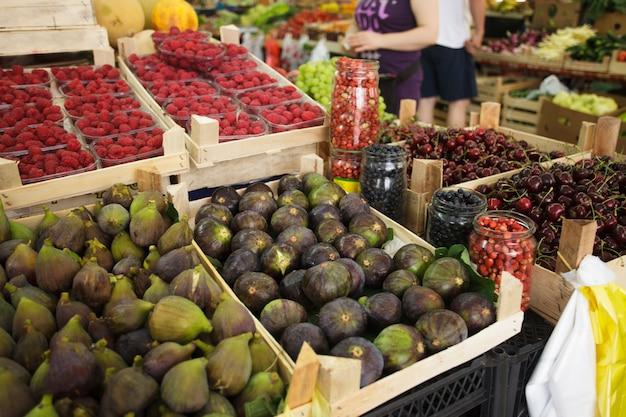 Figos e outras frutas no mercado
