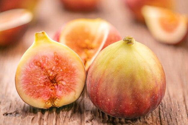 Figos em uma mesa de madeira, frutas de figos deliciosas e doces.