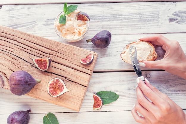 Figos fatiados com ricota e torradeira de pão