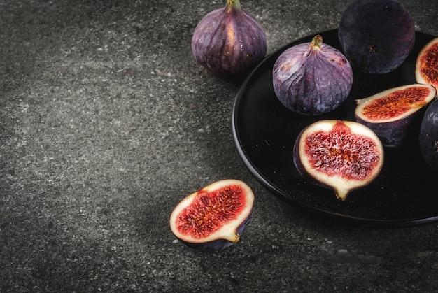 Figos frescos crus no prato