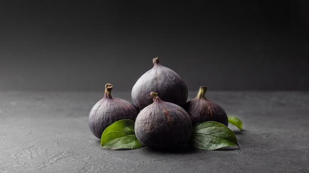 Figos frescos e folhas verdes, saúde e dieta alimentar.