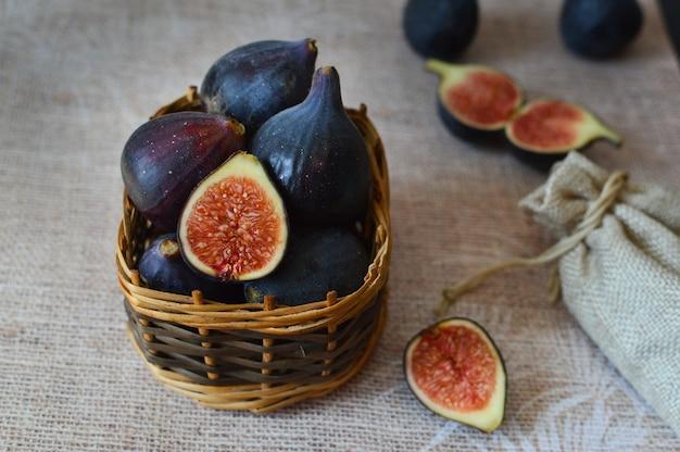 Figos frescos em uma cesta de madeira
