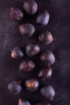 Figos frescos em uma mesa de madeira escura, vista superior