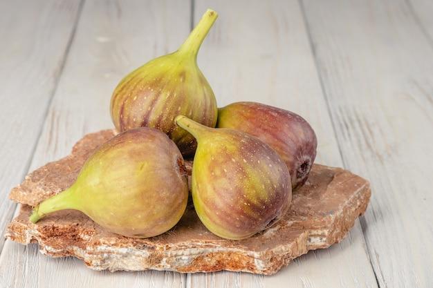 Figos frescos, leves e saudáveis em fundo branco de madeira. Foto Premium