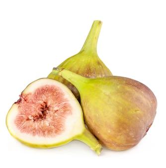 Figos frescos, leves e saudáveis em fundo branco.
