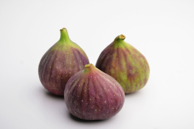 Figos isolados figos isolados em um fundo branco com traçado de recorte fruta roxa