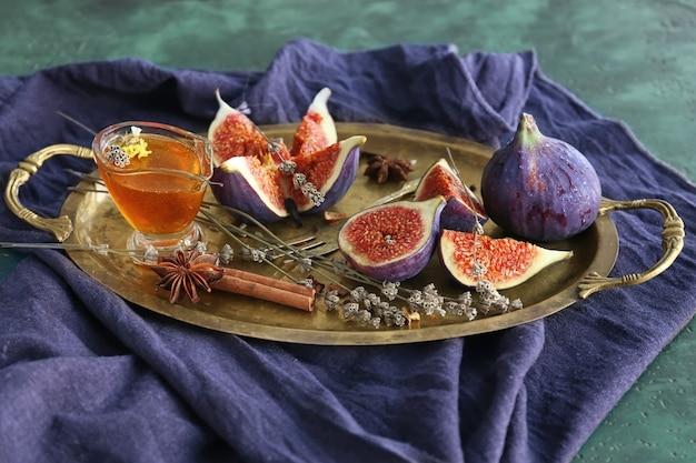 Figos maduros frescos com mel na bandeja de metal