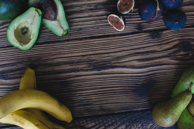 Figos maduros frescos em um fundo de madeira
