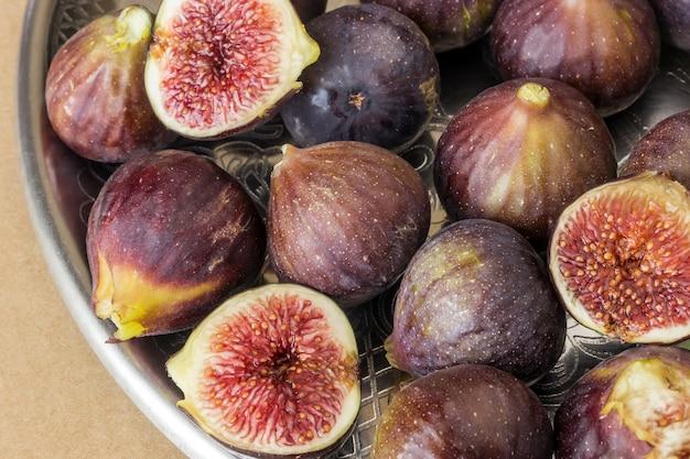 Figos maduros frescos em uma bandeja de prata.