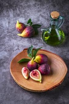 Figos maduros frescos na mesa escura.