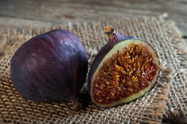 Figos maduros meia de uma mesa de madeira velha e serapilheira