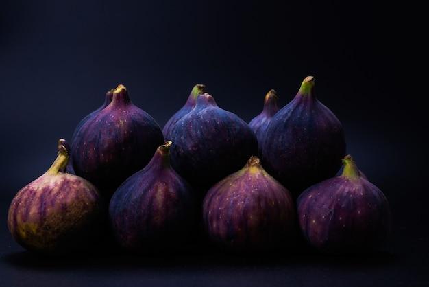 Figos saborosos isolados no preto