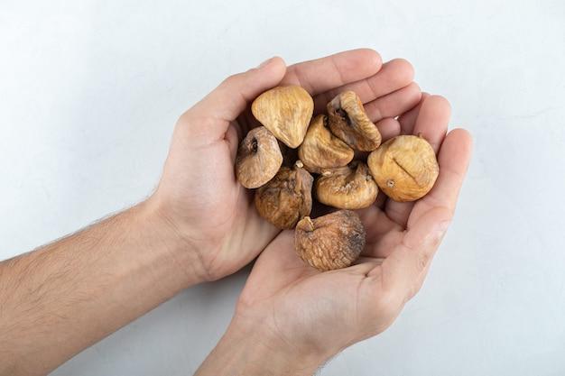 Figos saborosos secos em torno da placa de madeira.