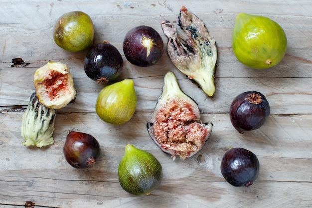Figos verdes e roxos em uma mesa de madeira