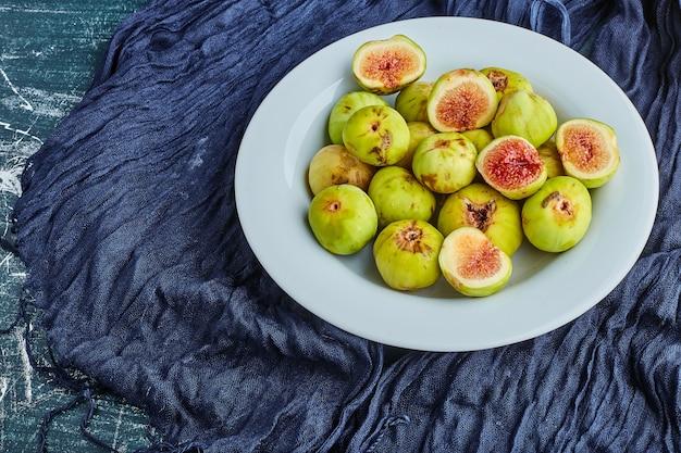 Figos verdes em um prato branco.