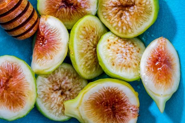 Figos verdes inteiros e cortados, com mel.