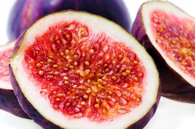 Figos vermelhos maduros, fotografados em close-up. cortar Foto Premium