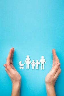 Figura da família vista superior e mãos com espaço de cópia
