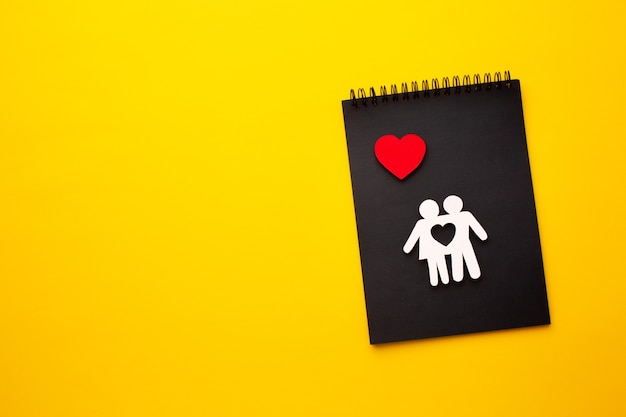 Figura de família e coração com espaço de cópia