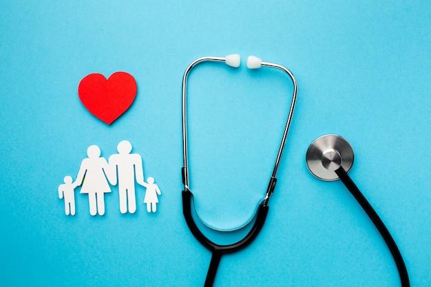 Figura de forma familiar com coração e estetoscópio