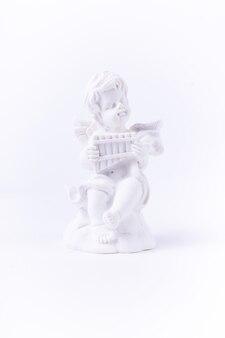 Figura de gesso branco de um anjo com instrumento musical