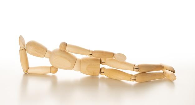 Figura de homem de madeira isolada no fundo branco