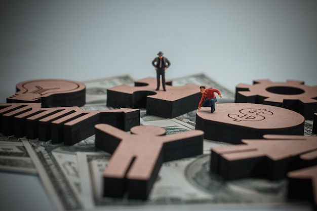 Figura de madeira com ícones de negócios no conceito de finanças.