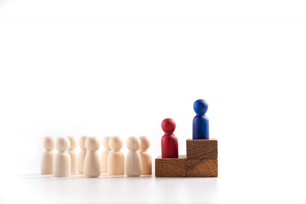 Figura de madeira em pé na caixa para mostrar influência e empoderamento.