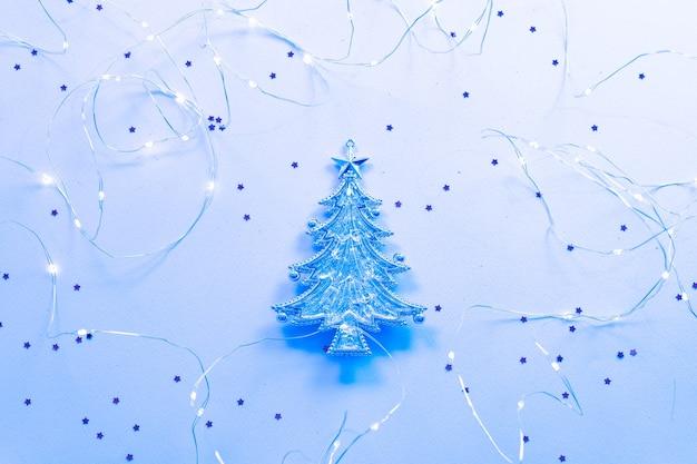Figura de pinheiro natalino com glitter e luzes de fada