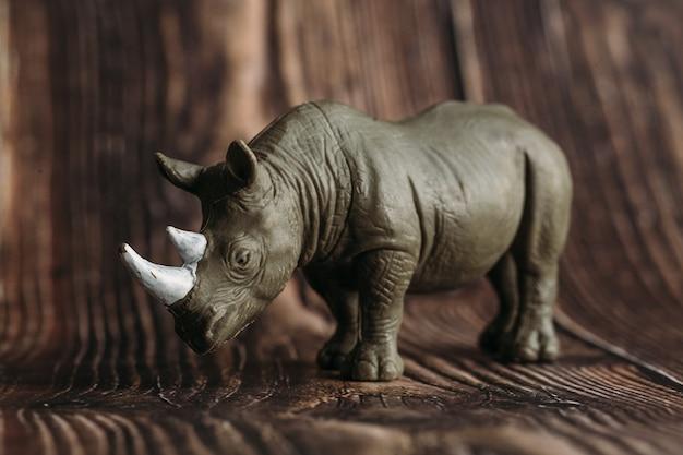 Figura de um brinquedo rinoceronte em um de madeira
