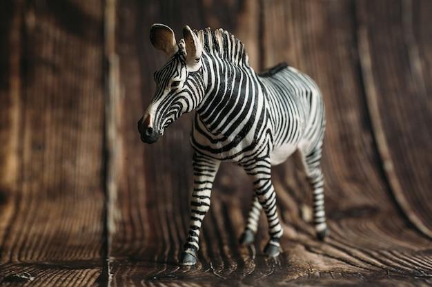 Figura de um brinquedo zebra em um de madeira