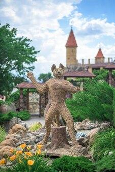 Figura de um gato de um desenho animado no parque