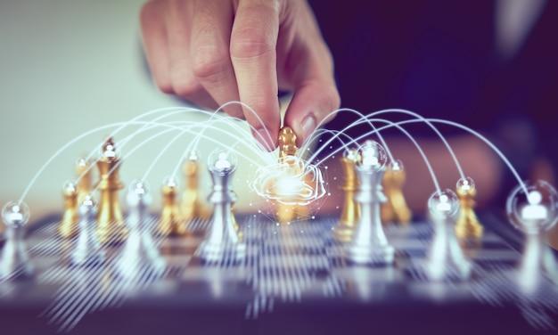 Figura de xadrez em movimento de empresário e rede de cérebro para estratégia de plano de sucesso.