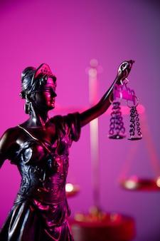 Figura do conceito de lei e julgamento da senhora justiça em imagem vertical de néon roxo