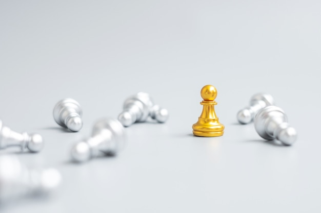 Figura do peão do xadrez de ouro se destaca da multidão de energia ou oponente. estratégia, sucesso, gestão, planejamento de negócios, ruptura, vitória e conceito de liderança