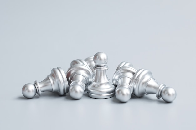 Figura do peão do xadrez de prata se destaca da multidão de energia ou oponente. estratégia, sucesso, gestão, planejamento de negócios, ruptura, vitória e conceito de liderança