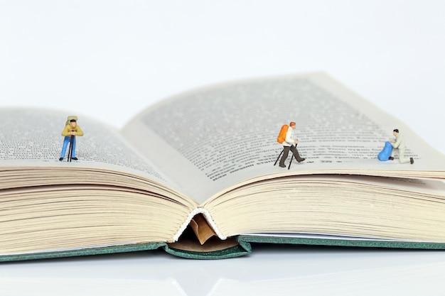 Figura do viajante nas páginas dos livros em um fundo branco