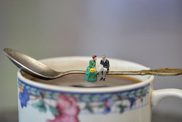 Figura em miniatura casal romântico