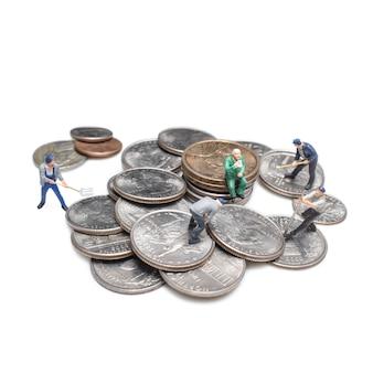 Figura em miniatura do empresário após a ideia do conceito de aposentadoria com moeda foco no velho.