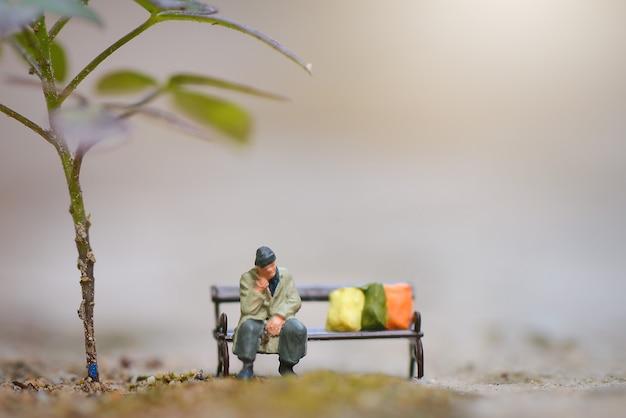 Figura em miniatura homem sem-teto