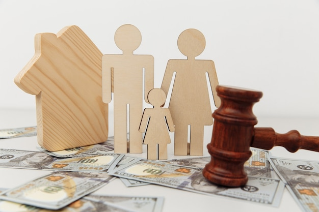 Figura familiar com martelo do juiz e proteção da família da casa ou conceito de lei