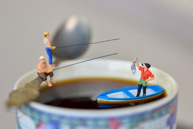 Figura miniatura pescador pescando