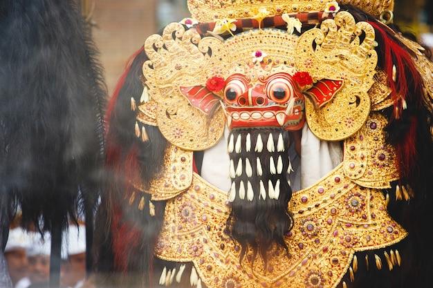 Figura tradicional do barong balinês em cerimônia de rua na ilha de bali, indonésia