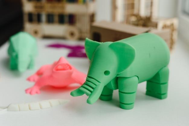 Figuras 3d impressas em uma impressora de elefante, lagarto e caracol. brinquedos 3d para crianças