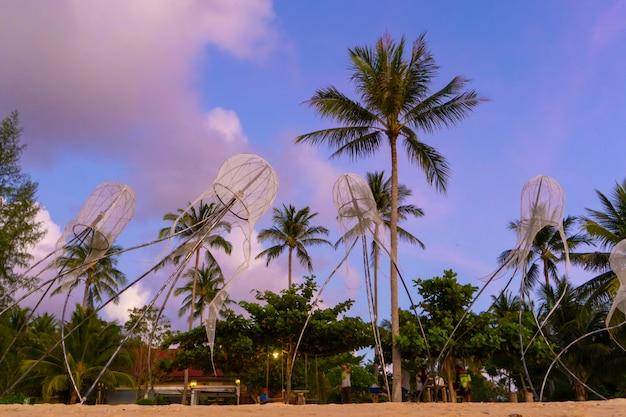 Figuras de água-viva na praia de uma ilha tropical.