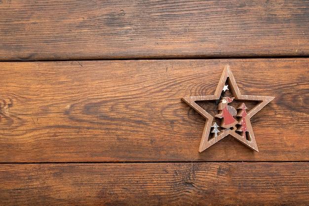 Figuras de árvores, estrelas de natal em uma mesa de carvalho