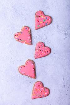 Figuras de gengibre. biscoitos caseiros tradicionais de ano novo e natal. figuras de corações. fundo de natal. foco seletivo, close-up