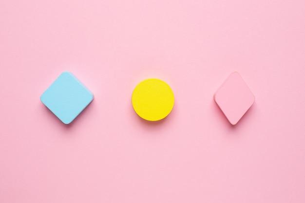 Figuras de madeira pastel para brincar e crianças em rosa