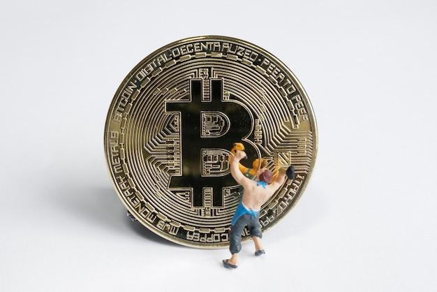 Figuras de minerador macro trabalhando em bitcoin. conceito de mineração de criptomoeda virtual