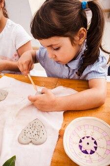 Figuras de modelagem de processos em plasticina. crianças estão sentadas na mesa